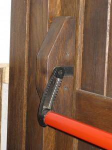 puerta rustica con barra antipanico