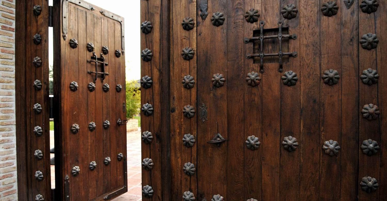 Portones de madera antiguos porton antiguo nn portones - Herrajes rusticos para puertas ...
