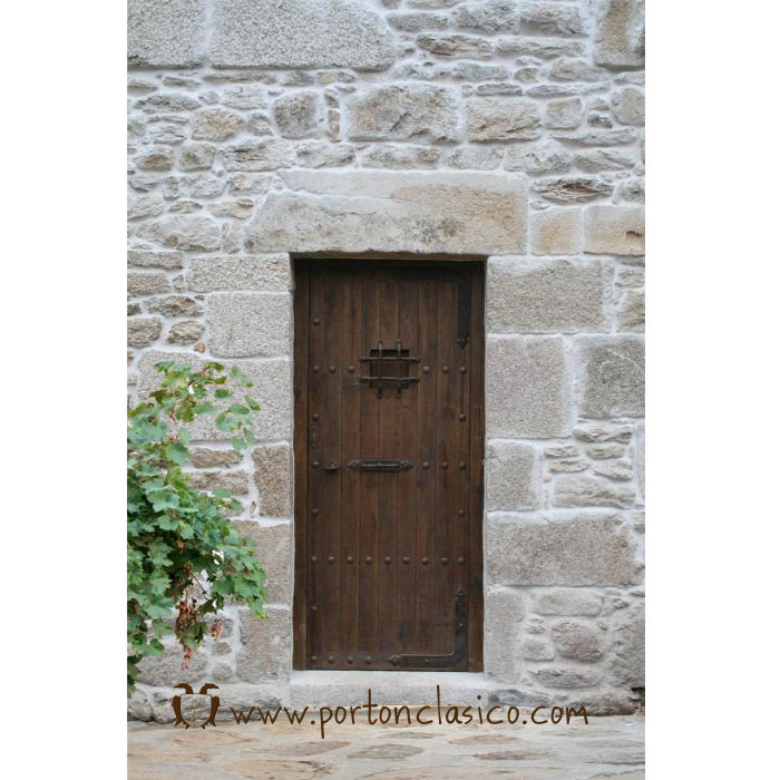 Rustic door Zarauz in Cantabria