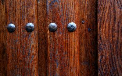 Puertas rústicas de madera de roble y forja artesanal
