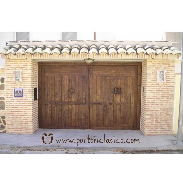 Rustic gate Almonacid in Toledo